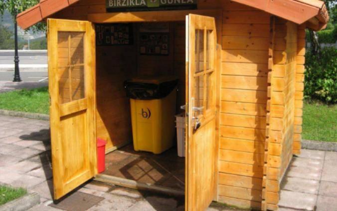收集可回收物和其他垃圾的小木房子
